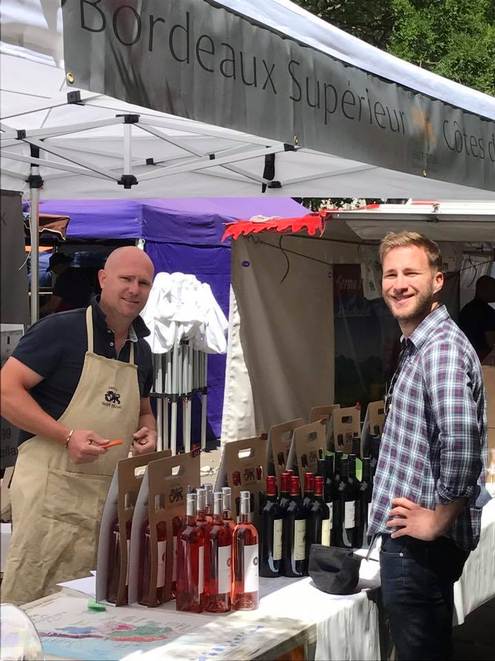 Neil fait découvrir les vins du Haut-tellas lors d'une dégustation